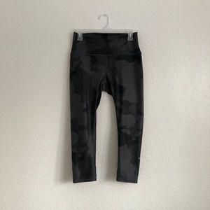 ALO Yoga Pants - Alo Cropped Camo Yoga Legging Grey Size Medium